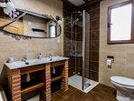 Planta principal. Baño con bañera de hidromasaje, lavabo de dos senos y ducha