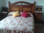 cama doble en dormitorio
