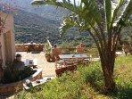 La terrasse avec une large vue sur les montagnes et villages environnants
