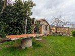 Jardín privado con barbacoa y columpios de la casa rural Casa Salva