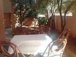 La maison Azur Tafraout détient une terrasse ombragée par des oliviers. Idéale pour le café.