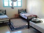 Maison Azur Tafraout offre cinq chambres dont single, double et triples avec sanitaire privé.