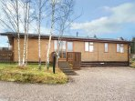 SILVER BIRCH LODGE, hot tub, open plan living, countryside views, Banchory, Ref
