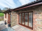 THE OLD DAIRY 1, ground floor, open plan, pet-friendly, private patio, Mitchelde