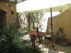 Zona esterna con tavolo e ombrellone
