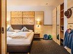 Die Wohnung Edelweiß bietet standardmäßig drei Personen Platz. Zwei davon im Doppelbettschlafzimmer