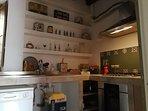 cucina attrezzata con macchina caffe'  nespresso