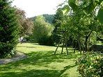 Ein grosser Garten mit Liegewiese für ruhige und schattige Stunden im Sommer.