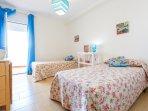 Dormitorio de dos camas individuales. Con acceso a la terraza.