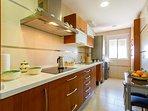 Amplia cocina con gran capacidad y luz.
