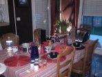 Petit déjeuner préparé par les hôtes (à la demande) dans la salle à manger en toute tranquillité.