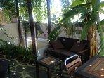 jandin con mobiliario salon comedor exterior con acceso al dormitorio principal y salida a la calle