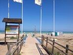 playa con camino de acceso