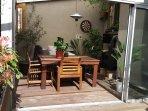 Cette grande terrasse aménagée où vous pourrez l'été vous détendre dans un hamac!