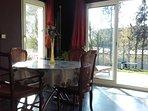 Pour le petit déjeuner, la salle à manger avec vue sur le jardin.