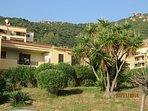 La résidence comptent plusieurs bâtiments de quelques étages répartis sur 700 hectares paysagés