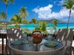 Godetevi i vostri pasti su questo tavolo alto da pranzo piano con vista mozzafiato sulle Isole Vergini Britanniche