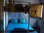Habitación con salida al exterior: una cama ( abajo) de 140 cm y una arriba de 90 cm.-
