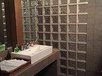 Baño amplio con ducha de obra