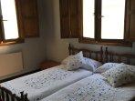 Habitación amplia y soleada: dos camas de 90 cm y armario empotrado