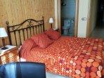Dormitorio 1: cama doble de 150x190cms, tiene baño dentro con bañera de hidromasaje