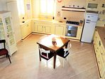 Sala da pranzo, cucina con TV, frigorifero, lavastoviglie, forno elettrico, fornelli a gas.