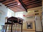 Veduta cucina, sala da pranzo, antico soffitto in legno e mezzane.