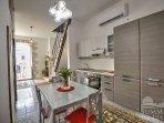 cucina completa di stoviglie e mobili