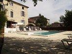 Bâtiment principal avec piscine face la terrasse et cuisine d été.