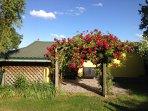 Das Ferienhaus mit der hinteren Terrasse