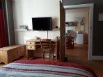 Coin bureau avec TV (canal+ & canal sat.)  avec accès au petit salon