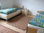 Im Schlafzimmer 1 sind Schlafmöglichkeiten für 2 Personen,bestehend aus zwei Einzelbetten.