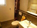 Die Dusche ist ebenerdig ohne Kante zu erreichen. Ein Fön ist vorhanden und Handtücher liegen bereit