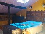 Otra vista de la habitación en buhardilla, con amplia cómoda para la ropa