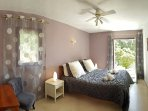 The double bedroom (bed 160) on the ground floor open toward terrasse&gardens.