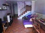Salón amueblado con sofás, mesa y sillas