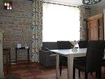 Pièce de vie : salon salle à manger avec canapé convertible