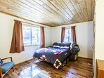 Bedroom with queen bed & memory foam mattress
