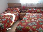 Habitación 2 camas de 90 cm con armario empotrado vista al mar