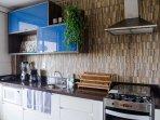Cozinha com novos e modernos eletrodoméstico. Acesso direto para a varanda gourmet