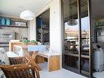 Varanda gourmet para dividir refeiçoes em familia ou só relaxar vendo um por do sol incrivel