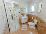 SA1(2+1) 2.KAT: bathroom with toilet