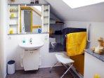 Badezimmer mit Spiegel und Waschtisch