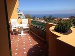 fantástica terraza con vista al mar y sol de mañana