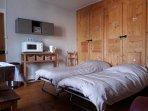 Configuration du salon d'hôtes avec 2 lits pliants