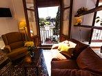sala de estar y balcón