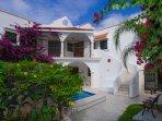 Stunning 5 BR, 5 bath villa with private pool: Villa Caballito