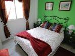Moderna habitación en forja artesanal color cobre y cerámica.