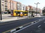 Frente a la finca paradas de autobuses al centro y a las playas