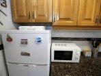 Nevera con congelador y microondas